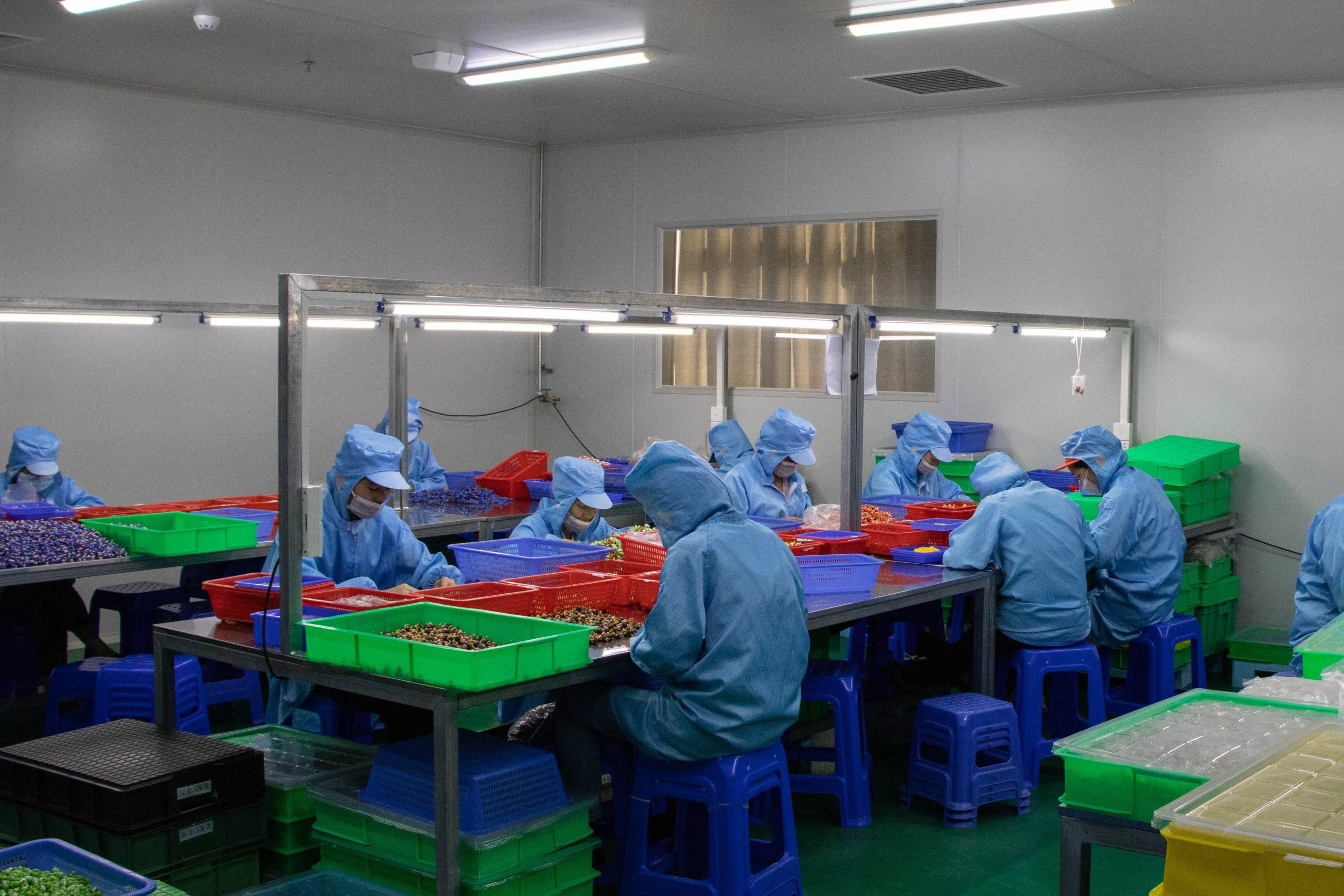 Our staff is checking all plastic parts to make sure there is no defects, before entering the packaging process.
